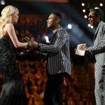 Wiz и Miguel вручают статуэтку «Grammy» американской певице Carrie Underwood.