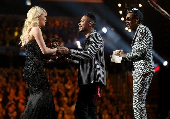 Wiz и Miguel вручают статуэтку Grammy американской певице Carrie Underwood.