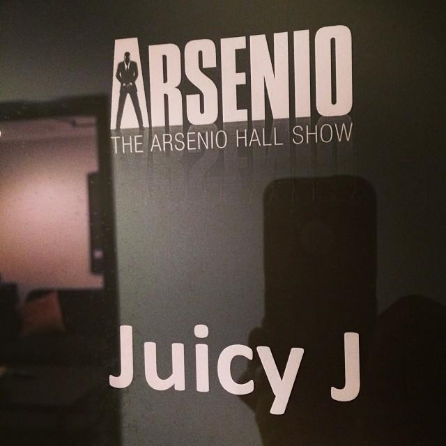 Juicy J бросает деньги в толпу на шоу Arsenio.