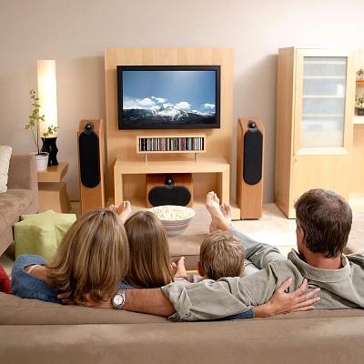 семья смотрит кино